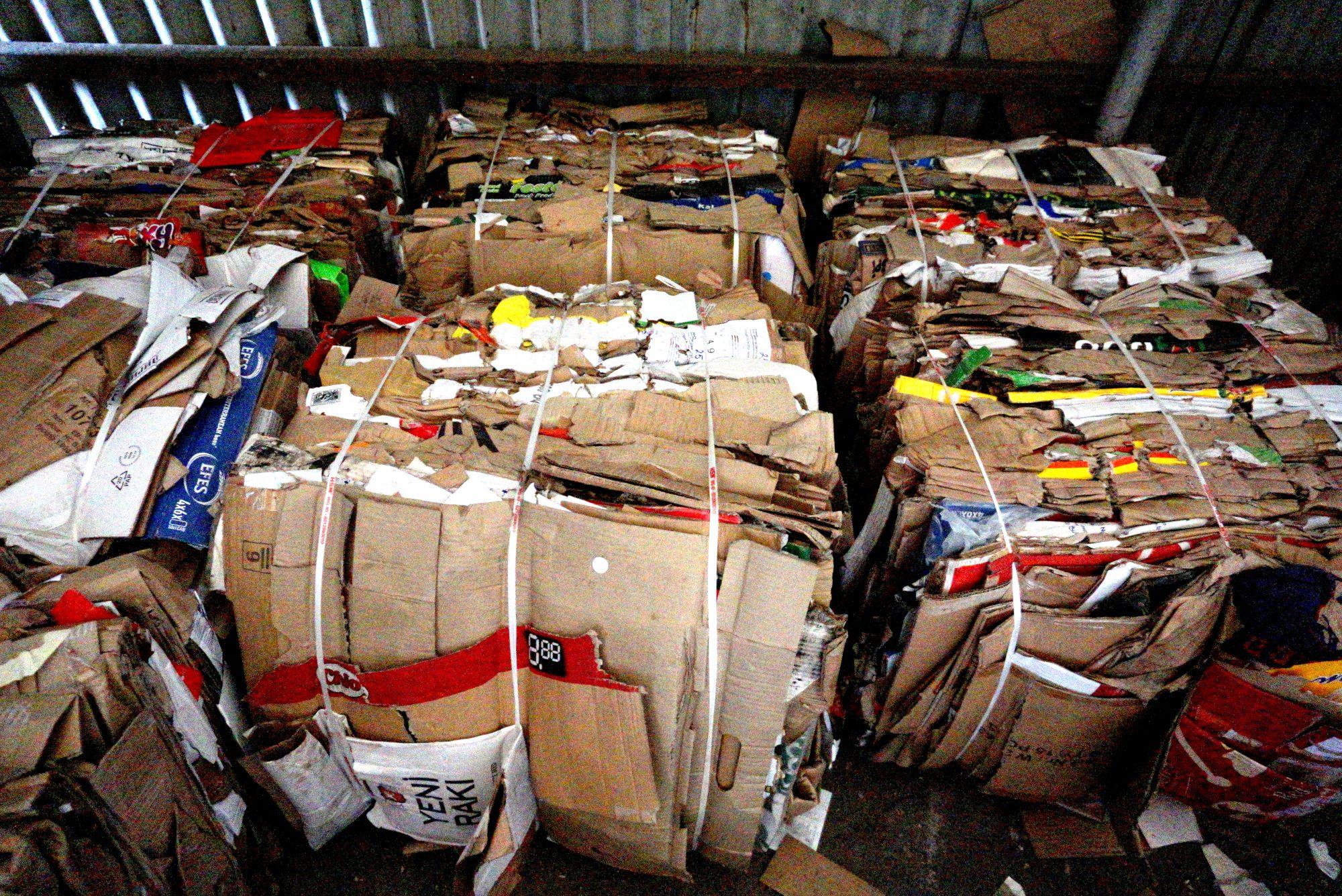 Балирани картонени отпадъци от търговските обекти в Свиленград